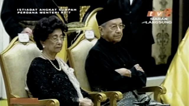 Setelah kelompok oposisi memenangi pemilihan umum Malaysia, Mahathir Mohamad resmi menjadi Perdana Menteri di usianya yang ke-92.