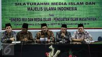Wakil Ketua Umum MUI Zainut Tauhid Sa'adi (tengah) membacakan sikap resmi atas tudingan-tudingan yang dilancarkan kepada KH Ma'ruf Amin dalam persidangan ke delapan kasus penodaan agama, di Gedung MUI, Jakarta, Kamis (2/2). (Liputan6.com/Faizal Fanani)