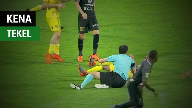 Berita video pemain klub Uni Emirat Arab, Al Wasl, Ali Salmin, yang tak sengaja menekel keras wasit saat pertandingan berlangsung.
