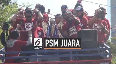 Ribuan supporter dan warga tumpah ruah di jalanan Kota Makassar, Sulawesi Selatan. Kehadiran mereka untuk konvoi trofi Piala Indonesia yang diraih tim PSM Makassar setelah mengalahkan Persija Jakarta dengan skor 2-0.