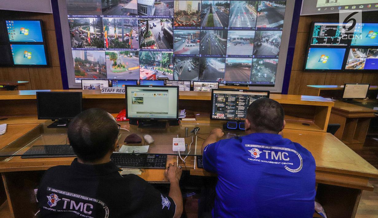 Petugas kepolisian Traffic Managemet Center memantau lalu lintas di Ruang Monitoring, Polda Metro Jaya, Jakarta, Senin (1/7/2019). Ditlantas Polda Metro Jaya mulai menerapkan empat fitur tambahan pada kamera tilang elektronik atau E-TLE mulai hari ini. (Liputan6.com/Faizal Fanani)