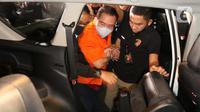 Terpidana pengalihan hak tagih atau cessie Bank Bali, Djoko Sugiarto Tjandra digiring masuk kedalam mobil usai tiba di Bandara Halim Perdanakusuma Jakarta, Kamis (30/7/2020). Djoko Tjandra tiba sekitar pukul 22.30 WIB dan langsung dibawa ke Bareskrim Mabes Polri. (Liputan6.com/Helmi Fithriansyah)