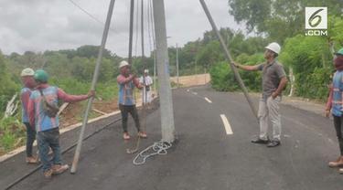 Sebuah jalanan baru di Labuan Sawit, Pecatu, Bali, membuat heboh publik. Ini lantaran kondisi jalannya yang penuh dengan tiang listrik. Bukan di pinggir jalan, tiang listrik malah berada di tengah jalan.