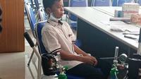 Seorang siswa Abdurrab Islamic School diberi oksigen karena sesak napas akibat menghirup kabut asap Karhutla. (Liputan6.com/Istimewa/M Syukur)