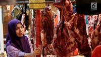 Warga membeli daging sapi di kios penjualan daging Pasar Senen, Jakarta, Kamis (22/6). Harga daging sapi segar diprediksi dapat melonjak hingga Rp 150.000 per kilogram sampai menjelang hari raya Idul Fitri 1438 H. (Liputan6.com/Angga Yuniar)