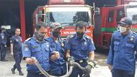 Ular kobra yang berada di dapur tersebut ditangkap pemadam kebakaran. (Liputan6.com/achmad Sudarno)