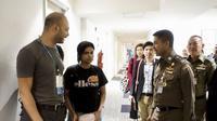 Rahaf Mohammed al-Qunun (kanan), remaja Arab Saudi yang kabur ke Thailand karena takut dibunuh keluarganya, didampingi oleh otoritas imigrasi dan perwakilan UNHCR (AFP)