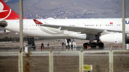 Pesawat Turkish Airlines yang mengangkut 132 penumpang dan kru dari Teheran, Iran, tiba di Bandara Esenboga di Ankara, Turki (25/2/2020). Pesawat yang dijadwalkan mendarat di Istanbul, Turki, dialihkan ke ibu kota Ankara pada Selasa (25/2). (Xinhua/Mustafa Kaya)