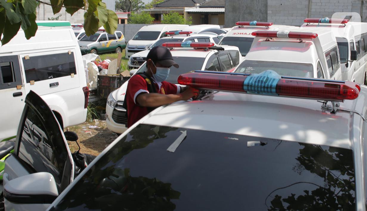 Pekerja menyelesaikan pemasangan lampu sirene mobil ambulans di Babelan, Kabupaten Bekasi, Jawa Barat, Minggu (27/9/2020). Perakitan mobil ambulans meningkat 100 persen menjadi 700 unit saat pandemi COVID-19 dengan harga Rp 20 juta hingga Rp 1,5 milliar. (Liputan6.com/Herman Zakharia)
