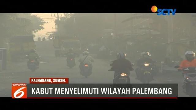Kabut yang menyelimuti Palembang, Sumatera Selatan, mengakibatkan transportasi darat dan laut sulit beroperasi.