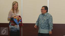 Menteri PPN Bambang Brodjonegoro berbincang dengan Ratu Belanda Maxima saat berkunjung ke Kantor Bappenas, Jakarta, Kamis (1/9). Menteri Bambang dan Ratu Maxima melakukan pertemuan tertutup membahas mengenai keuangan inklusi. (Liputan6.com/Angga Yuniar)