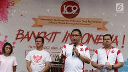 Menkominfo Rudiantara meramaikan acara 'Bangkit Indonesia' di Lokasi Car Free Day (CFD), Jakarta, Minggu (21/5). Dalam acara itu, Rudiantara bermain angklung bersama untuk menunjukkan harmonisasi dan kesatuan Indonesia. (Liputan6.com/Immanuel Antonius)