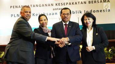 Menteri BUMN Rini Soemarno (kedua kiri) berjabat tangan dengan Jaksa Agung HM Prasetyo (kedua kanan), Dirut PLN Sofyan Basir (kiri), dan Jamdatun Loeke Larasati Agustina usai penandatangan kesepakatan di Bali, Kamis (12/4). (Liputan6.com/Pool/PLN)