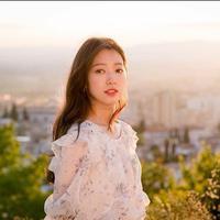 Buat kencanmu bak negeri dongeng dengan memakai gaun floral seperti Park Shin Hye. (dok. Instagram @ssinz7april/https://www.instagram.com/p/BtPqNfeHP1Y/Esther Novita Inochi)