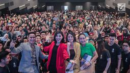 Merry Riana foto bersama peserta EGTC 2018 di Universitas Kristen Petra Surabaya, Jawa Timur, Kamis (15/11). Merry Riana membagikan kisahnya meraih sukses dengan berbagai cara, seperti menjadi pembicara di acara tersebut. (Liputan6.com/Faizal Fanani)
