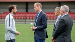 Pangerang William berdiskusi dengan pelatih Gareth Southgate saat menunjungi latihan Timnas Inggris di West Riding County FA, Leeds, Kamis (7/6/2018). Kedatangan ini untuk memberikan support jelang Piala Dunia 2018 Rusia. (AFP/Charlotte Graham)