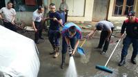 Warga Bogor mulai bersihkan lumpur akibat banjir