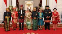 Presiden Jokowi berfoto bersama presiden terdahulu yakni Presiden ketiga RI BJ Habibie, Presiden kelima RI Megawati Soekarnoputri dan Presiden keenam RI Susilo Bambang Yudhoyono di Istana Merdeka, Kamis (17/8). (HANDOUT/INDONESIAN PRESIDENTIAL PALACE/AFP)