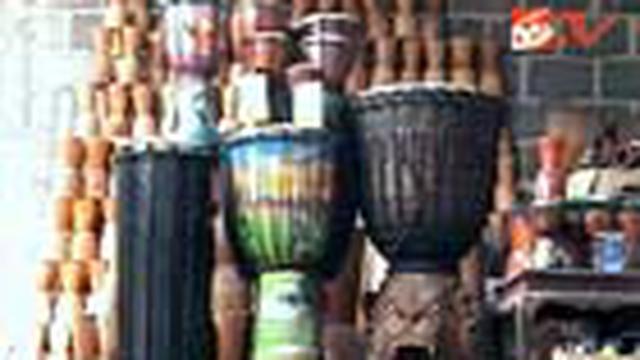 Berawal dari coba-coba, seorang perajin di Sumber Pucung, Malang, Jatim, memproduksi sendiri alat musik kegemarannya dan berhasil menembus pasar di lima benua.