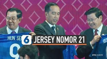 Presiden Republik Indonesia (RI), Joko Widodo (Jokowi) mendapat jersey bernomor punggung 21 dari FIFA. Itu terlihat dalam acara penandatanganan Nota Kesepahaman (MoU) antara ASEAN dan FIFA.