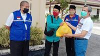Gubernur Riau Syamsuar memberikan sembako kepada mahasiwa luar daerah yang masih bertahan di Pekanbaru. (Liputan6.com/Istimewa/M Syukur)