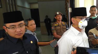 Gubernur Banten Wahidin Halim mengenakan masker saat lantik pejabat Pembro Banten.