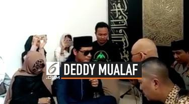 Deddy Corbuzier resmi menjadi mualaf usai mengucapkan dua kalimat syahadat di Pondok Pesantren Ora Aji, Yogyakarta. Proses ini dibimbing langsung Gus Miftah dan disaksikan oleh ratusan jemaah.