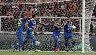 Striker Persib Bandung, Artur Gevonrkyan, merayakan gol yang dicetaknya ke gawang Persija Jakarta pada laga Shopee Liga 1 di SUGBK, Jakarta, Rabu (10/7). Persija bermain imbang 1-1 atas Persib. (Bola.com/Yoppy Renato)
