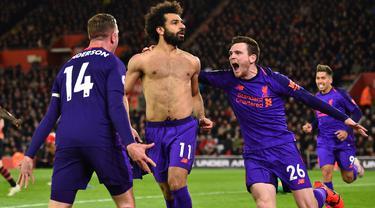 Gelandang Liverpool, Mohamed Salah, merayakan gol yang dicetaknya ke gawang Southampton pada laga Premier League di Stadion St Mary, Southampton, Jumat (5/4). Southampton kalah 1-3 dari Liverpool. (AFP/Glyn Kirk)