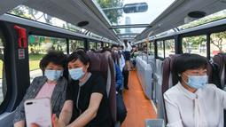 Orang-orang menaiki sebuah bus wisata di Shenzhen, Provinsi Guangdong, China selatan (22/10/2020). Shenzhen pada Kamis (22/10) meluncurkan tiga jalur bus wisata bagi wisatawan, yang masing-masing menampilkan budaya, teknologi, dan pemandangan malam kota tersebut. (Xinhua/Mao Siqian)