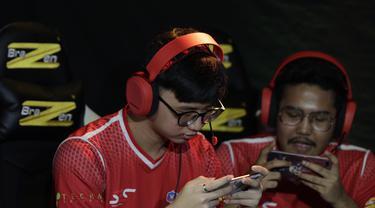 Tim Arena of Valor (AOV), SES, tampak fokus saat melawan GGWP pada laga The Battle of Youniverse di KLY Lounge, Jakarta, Jumat (7/12). GGWP berhasil mengalahkan SES. (Bola.com/Vitalis Yogi Trisna)