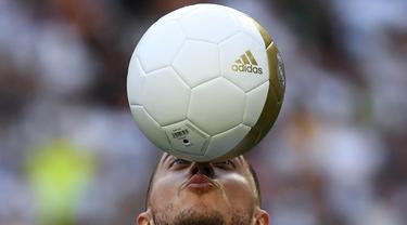 Gelandang Real Madrid, Eden Hazard, mengontrol bola saat perkenalan dirinya di Stadion Santiago Bernabeu, Madrid, Kamis (13/6). Dirinya didatangkan Madrid dari Chelsea dengan kontrak lima musim. (AFP/Gabriel Bouys)