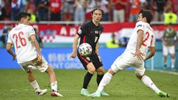 Pemain Kroasia Luka Modric (tengah) berebut bola dengan pemain Spanyol Pedri (kiri) dan Mikel Oyarzabal pada pertandingan babak 16 besar Euro 2020 di Stadion Parken, Kopenhagen, Denmark, Senin (28/6/2021). Spanyol mengalahkan Kroasia 5-3. (AP Photo/Jonathan Nackstrand, Pool)