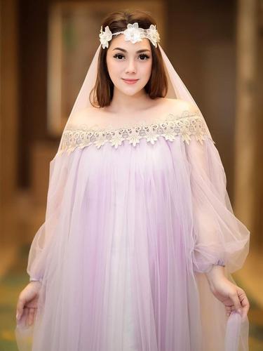 FOTO: Gaya Celine Evangelista Pakai Outfit Off-Shoulder, Tampil Bak ABG