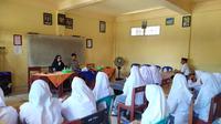 Anggota Polres Lombok Barat dan guru sedang memberikan pemahaman bahaya paham radikalisme di Madrasah Aliyah Ujumul Huda, Kampung Batu Sampan, Desa Lembar Selatan, Kecamatan Lembar, Kabupaten Lombok Barat. (Liputan6.com/Achmad Sudarno)