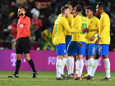 Selebrasi dilakukan peain Brazil usai Gabriel Jesus mencetak gol kedua Brazil pada laga persabahabatan yang berlangsung di Stadion Sinobo, Praha, Rabu (27/3). Brazil menang 3-1 atas Republik Ceko. (AFP/Joe Klamar)