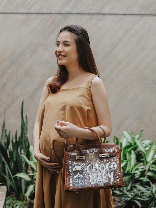 Chelsea Olivia masih dilingkupi rona bahagia karena baru saja melahirkan anak keduanya yang berjeniskelamin laki-laki. Dante Oliver Alinskie, nama yang dipilih Chelsea dan Glenn untuk jagoan kecilnya. (Instagram/chelseaoliviaa)