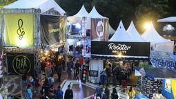 Puluhan stand fashion clothingan berjajar di JakCloth 2015 yang dihelat di Parkir Timur Senayan Jakarta, Rabu (30/12/2015). JakCloth 2015 memasarkan produk produk fashion clothingan bergaya anak muda. (Liputan6.com/Helmi Fithriansyah)