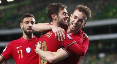 Para pemain Portugal merayakan gol yang dicetak oleh Bernardo Silva ke gawang Swedia pada laga UEFA Nations League di Stadion Jose Alvalade, Kamis (15/10/2020). Portugal menang dengan skor 3-0. (AP Photo/Armando Franca)