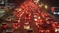 Arus balik kendaraan pemudik mengarah ke Jakarta, sejak Senin (10/6/2019) pagi hingga malam ini, masih memadati Jalan Tol Jakarta-Cikampek. (Liputan6.com/Abramena)
