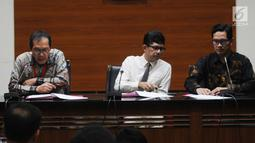 Wakil Ketua KPK Saut Situmorang (kiri) didampingi Wakil Ketua KPK Laode Muhammad Syarif (tengah) dan  Jubir KPK Febri Diansyah (kanan) memberi keterangan di Gedung KPK, Jakarta, Senin (10/6/2019). KPK menetapkan Sjamsul Nursalim sebagai tersangka kasus korupsi SKL BLBI. (merdeka.com/Dwi Narwoko)