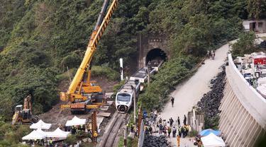 FOTO: Bertambah, Korban Tewas Akibat Kecelakaan Kereta di Taiwan Jadi 50 Orang