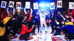 Sandiaga Uno menari bersama para penari saat menghadiri Makassar Young Entreprenuer Summit (YESS) 2019 di Makassar, Senin (1/4/2019). Pebisnis sekaligus calon wakil presiden nomor urut 02 Sandiaga Uno memberikan motivasi sekaligus inspirasi bisnis kepada para milenial. (Liputan6.com/HO/Astro)