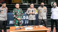 Kapolda Metro Jaya Irjen Fadil Imran (tengah) bersama Pangdam Jaya Mayjen Dudung Abdurachman (kedua kiri) memberi keterangan terkait penyerangan petugas di Polda Metro Jaya, Jakarta, Senin (7/12/2020). Polisi menembak mati enam pengikut Rizieq Shihab pada dini hari tadi. (Liputan6.com/Faizal Fanani)