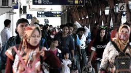 Penumpang kereta api Sawunggalih Utama tiba Stasiun Pasar Senen, Jakarta, Minggu (6/1/2019). Memasuki akhir libur sekolah, jumlah penumpang kereta pada puncak arus balik yang diperkirakan jatuh hari ini mencapai 21.074 orang (Merdeka.com/Iqbal S. Nugroho)