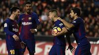Para pemain Barcelona merayakan gol yang dicetak Jordi Alba ke gawang Valencia pada laga La Liga Spanyol di Stadion Mestalla, Valencia, Minggu (26/11/2017). Kedua klub bermain imbang 1-1. (AFP/Jose Jordan)