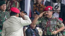Mantan Komandan Jenderal Kopassus ke-15 Letjen TNI (Purn) Prabowo Subianto memberi hormat kepada Panglima TNI saat menghadiri acara perayaan HUT ke-67 Komando Pasukan Khusus (Kopassus) di Mako Kopassus, Cijantung, Jakarta, Rabu (24/4/2019). (Liputan6.com/Faizal Fanani)