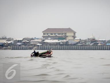 Suasana tanggul pengaman pantai di kawasan pesisir Cilincing, Jakarta, Jumat (17/3). Pengamanan pantai untuk mencegah banjir rob tersebut totalnya mencapai 120 km, karena terdiri dari tanggul pantai dan tanggul muara. (Liputan6.com/Faizal Fanani)