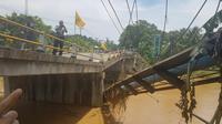 Polisi diinstruksikan berjaga 24 jam di sekitar lokasi amblesnya akses jalan Jateng - Jabar sedalam 10 meter. (Liputan6.com/Aditya Prakasa)