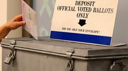 Sebuah surat suara dimasukkan ke dalam kotak saat Pemilihan presiden AS di San Diego, California, AS, Senin (7/11). (REUTERS / Mike Blake)